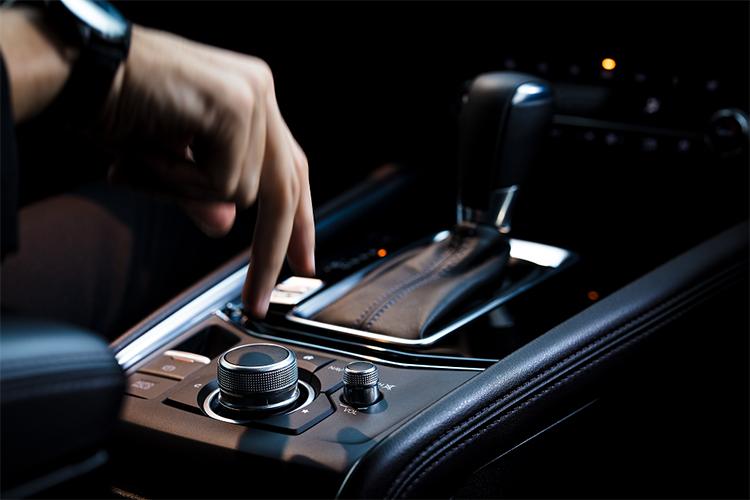 Núm điều khiển hệ thống giải trí Mazda Connect.