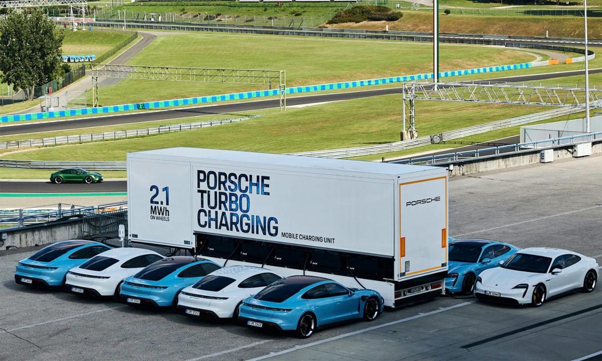 Trạm sạc di động của Porsche với cùng lúc 10 chiếc Taycan nạp điện. Ảnh: Porsche