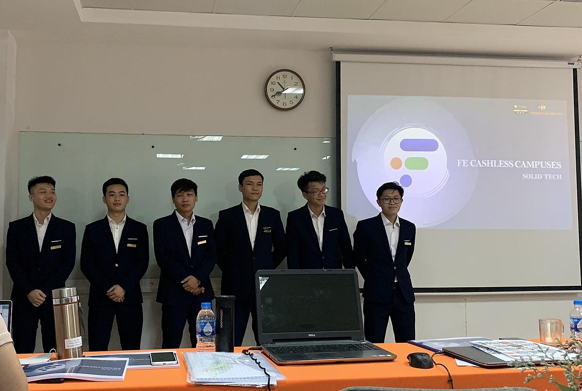 Nhóm sinh viên tại buổi bảo vệ đồ án tốt nghiệp với sản phẩm hệ thống FCC.