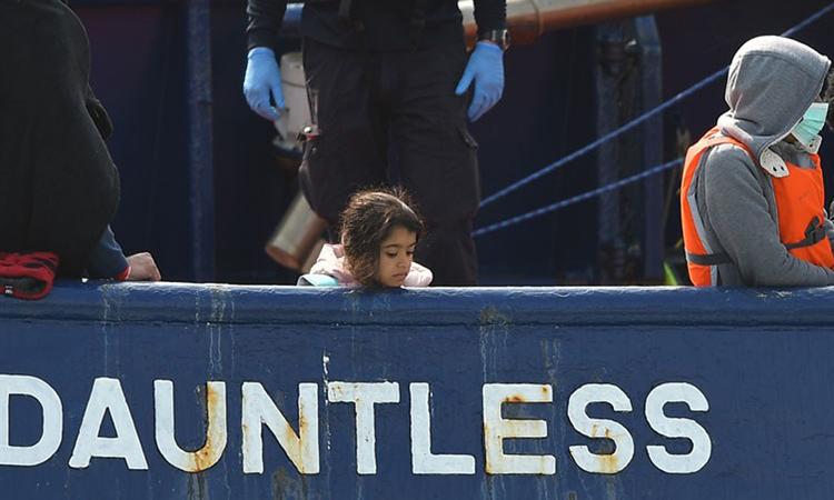 Bé gái di cư đứng trên tàu DHB Dauntless của Lực lượng Bảo vệ Biên giới Anh ở Dover, bờ biển phía nam nước Anh hôm 11/9. Ảnh: AFP.