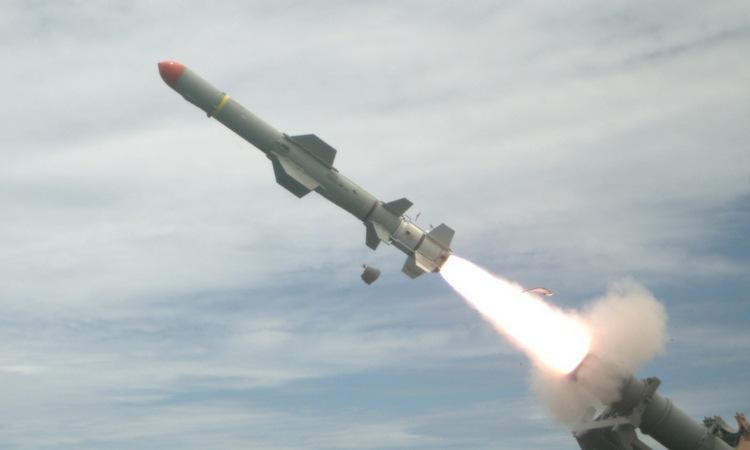 Tên lửa Harpoon phóng từ tàu chiến Mỹ trong một cuộc diễn tập năm 2016. Ảnh: US Navy.
