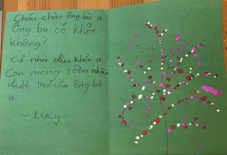 Bức thư viết bằng tiếng Việt của một học sinh gửi ông bà mình. Ảnh: Thế Dương.