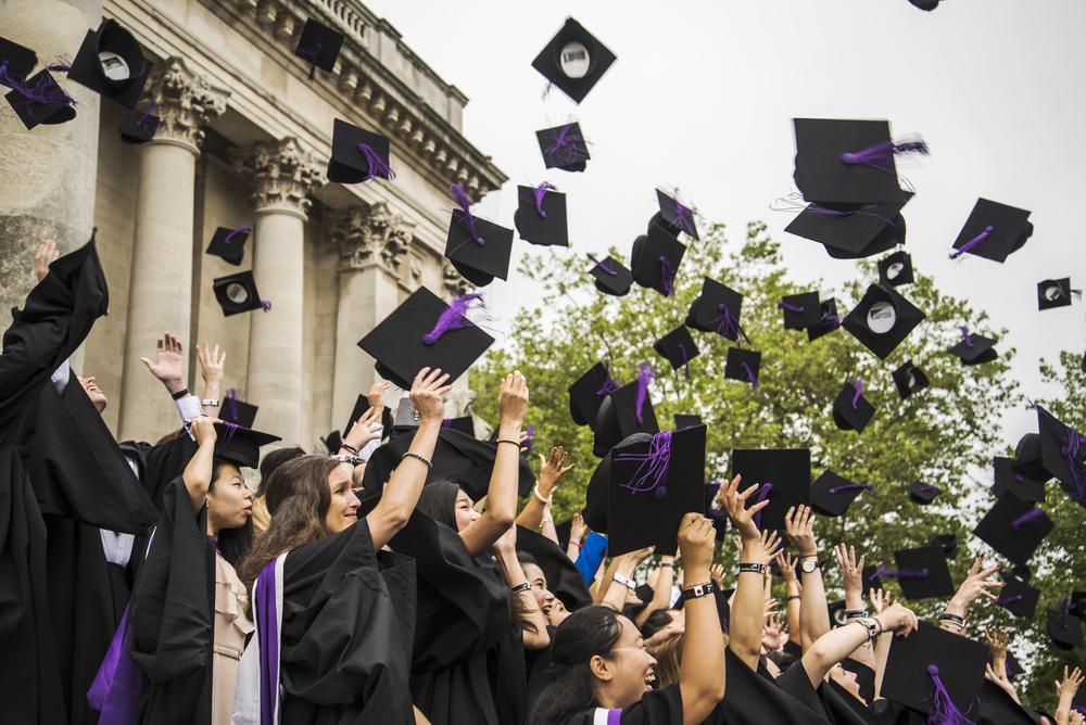 Sinh viên Đại học Portsmouth trong ngày tốt nghiệp. Ảnh: Shutterstock