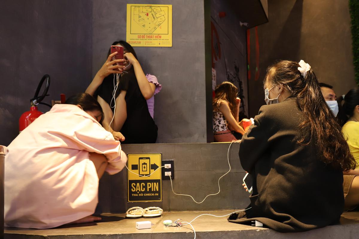 Người dân tập trung sạc điện thoại ở siêu thị tối 18/9. Ảnh: Võ Thạnh