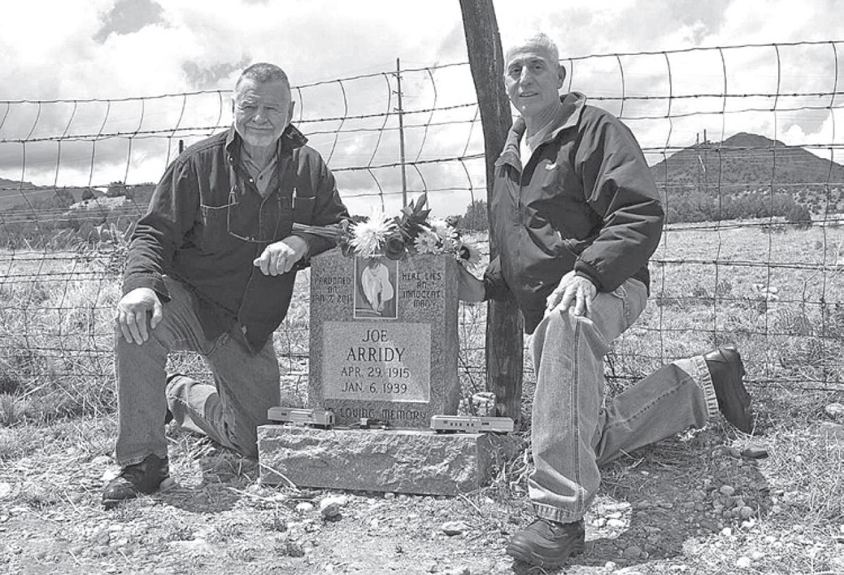 Tác giả Robert Perske (trái) và luật sư David Martinez thăm mộ của Joe Arridy vào năm 2012. Ảnh: Westword.