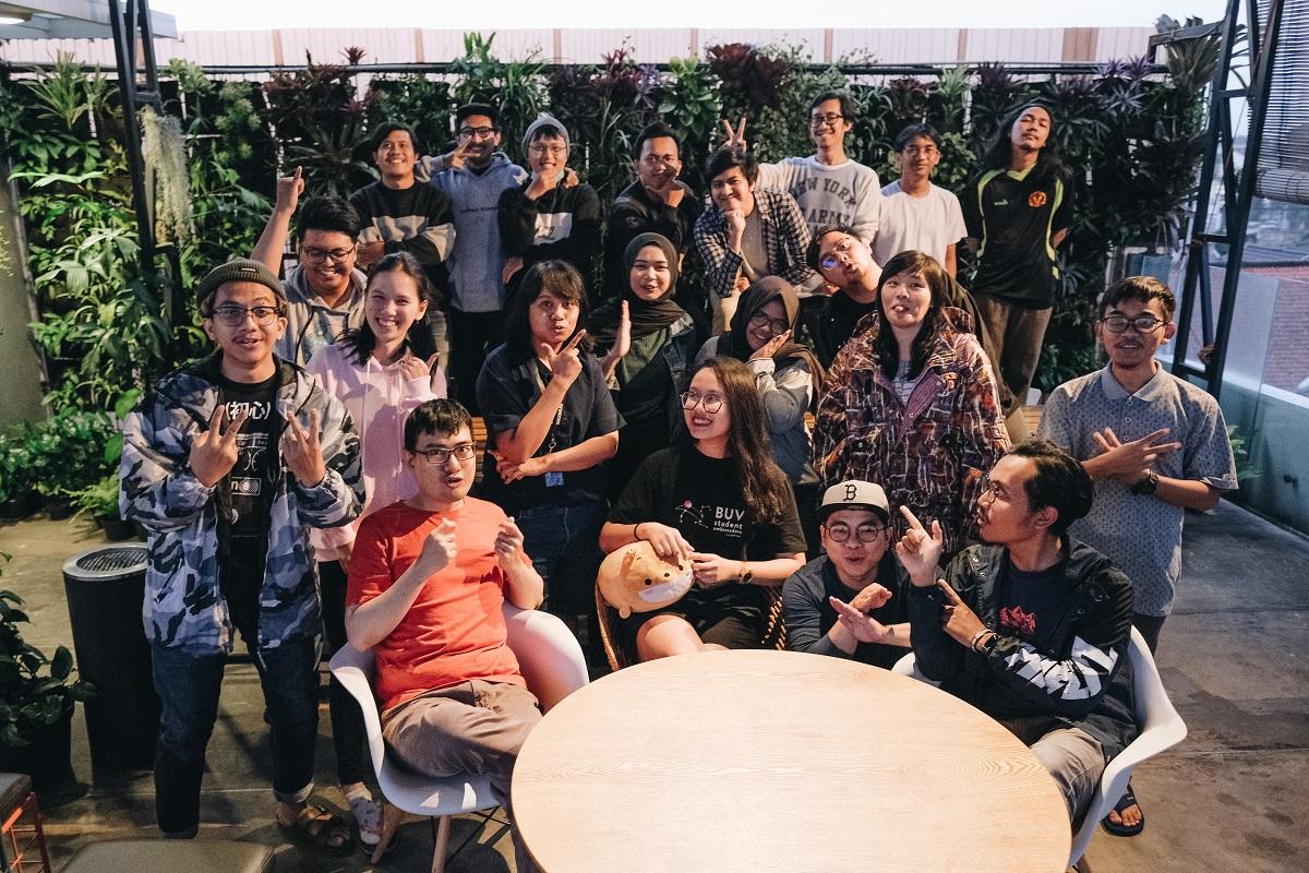 Ngọc (hàng đầu, thứ hai từ trái qua) cùng đồng nghiệp tại công ty Tổ chức Sự kiện MAXIMUM Ultimate Organizer tại Bandung, Indonesia.