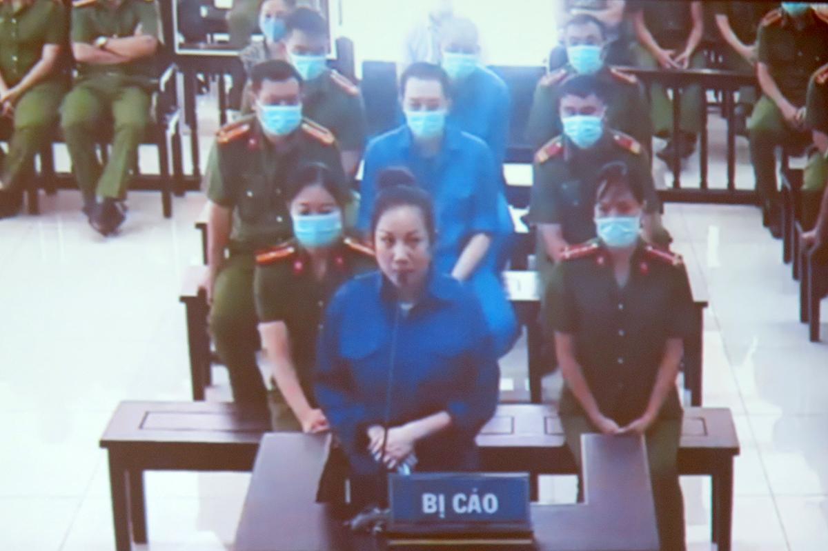 Bị cáo Nguyễn Thị Dương (vợ Đường Nhuệ) bị phạt 18 tháng tù; 4 bị cáo khác: Hiệp, Thành, Thúy và Dũng có tổng mức hình phạt 69 tháng tù, trong đó Thúy và Dũng được hưởng án treo. Ảnh: Giang Chinh