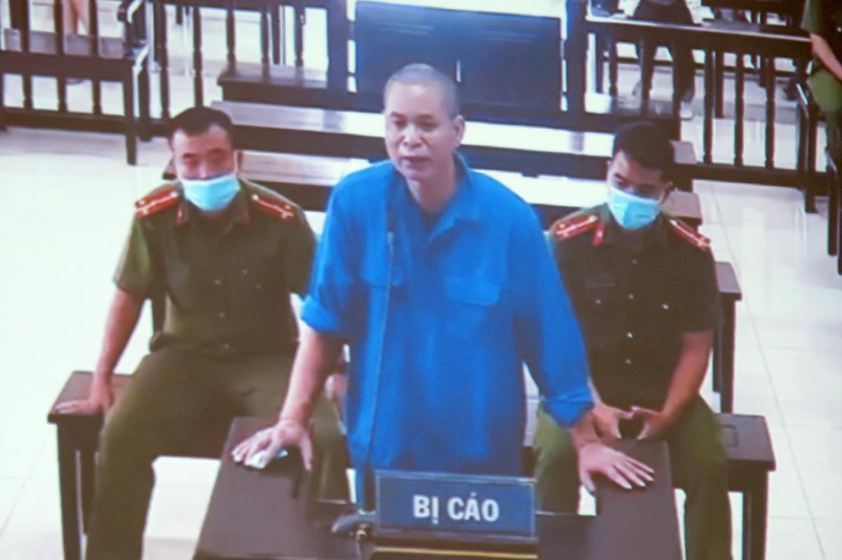Bị cáo Vũ Gia Thành khai việc làm thủ tục để bà Nguyễn Thị Hạnh trúng lô đất đấu giá số 9 là đã được anh Đạt- người trúng đấu giá đồng ý nhường lại cho bà Hạnh. Ảnh: Giang Chinh