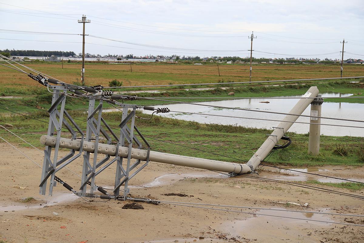 Hệ thống cột điện ở xã Hương Phong bị quật ngã sáng 18/9. Ảnh: Võ Thạnh