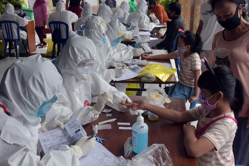 Các nhân viên y tế lấy mẫu máu để xét nghiệm nhanh Covid-19 ở Denpasar, Bali, hồi tháng 6. Ảnh: Reuters.