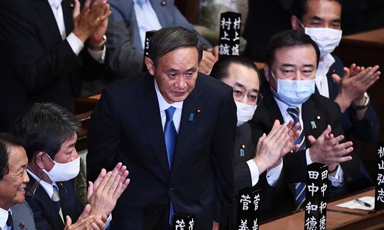 Ông Yoshihide Suga cúi người cảm ơn sau khi kết quả kiểm phiếu tại quốc hội hôm 16/9 cho thấy ông trở thành tân Thủ tướng Nhật Bản. Ảnh: AFP.