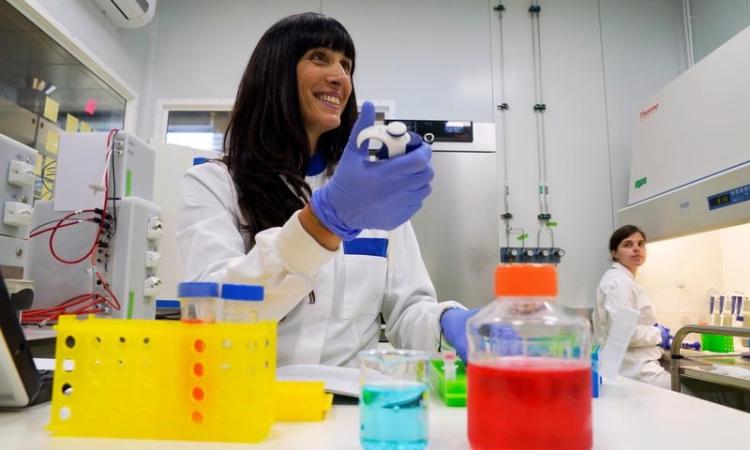 Nhân viên làm việc trong phòng thí nghiệm ở thành phố San Sebastian, Tây Ban Nha, tháng 6/2019. Ảnh: Reuters.