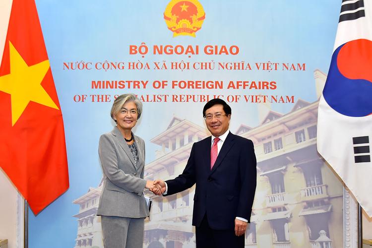 Phó thủ tướng Việt Nam Phạm Bình Minh, phải, đón Ngoại trưởng Hàn Quốc hôm nay tại Hà Nội. Ảnh: BNGVN.
