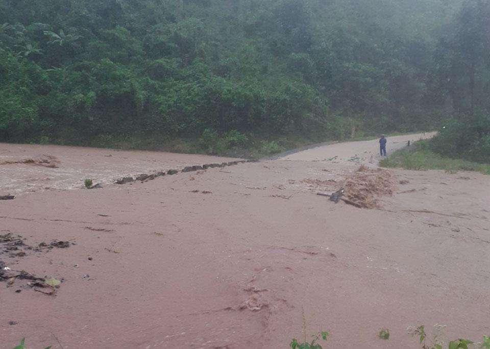 Cầu tràn ở xã A Ngo bị ngập, chia cắt cục bộ. Ảnh: Quang Hà.