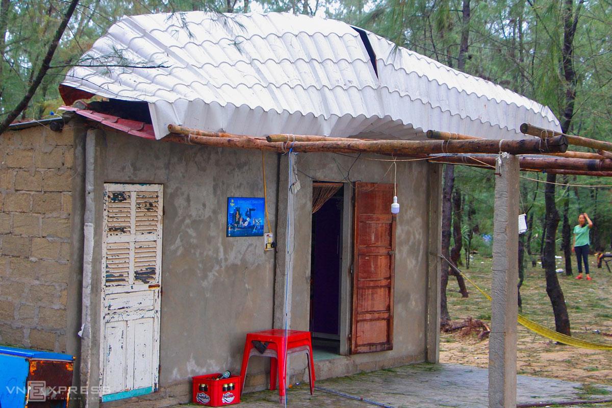 Một nhà dân sát cửa biển ở xã Hải Dương, thị xã Hương Trà bị gió làm tốc mái. Ảnh: Võ Thạnh.