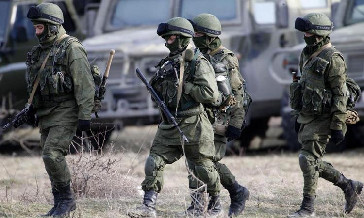 Những người mặc quân phục được cho là quân nhân Nga gần căn cứ quân sự Ukraine ở làng Perevalnoye, ngoại ô Simferopol, Crimea năm 2014. Ảnh: Reuters.