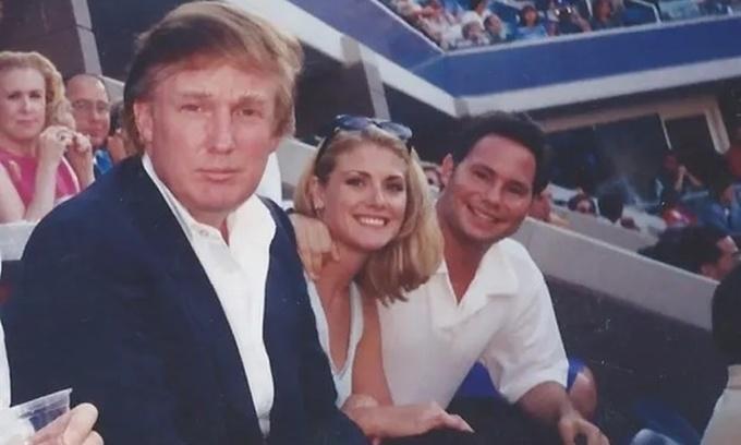 Amy Dorris (giữa) ngồi cạnh Donald Trump trong một trận đấu thuộc giải tennis US Open năm 1997. Ảnh: Guardian.