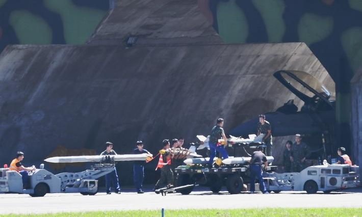 Kỹ thuật viên Đài Loan lắp tên lửa cho tiêm kích F-16 sáng 18/9. Ảnh: Liberty News.