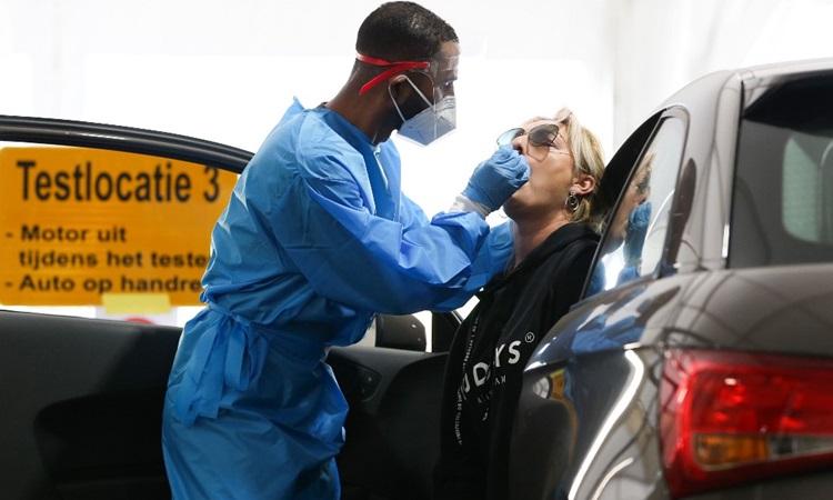 Nhân viên y tế lấy mẫu xét nghiệm Covid-19 cho người dân tại Rotterdam, Hà Lan hôm 17/9. Ảnh: AFP.