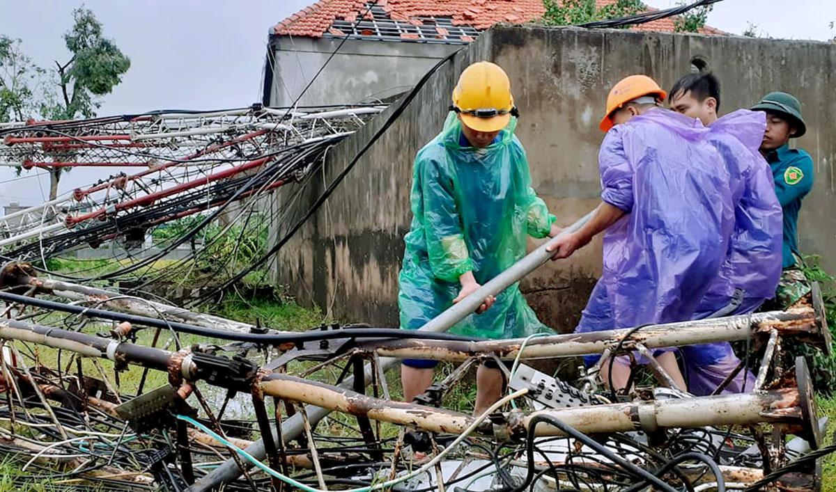 Cột viễn thông ở xã Thịnh Lộc, huyện Lộc Hà gãy gập. Ảnh: Ngọc Quang.
