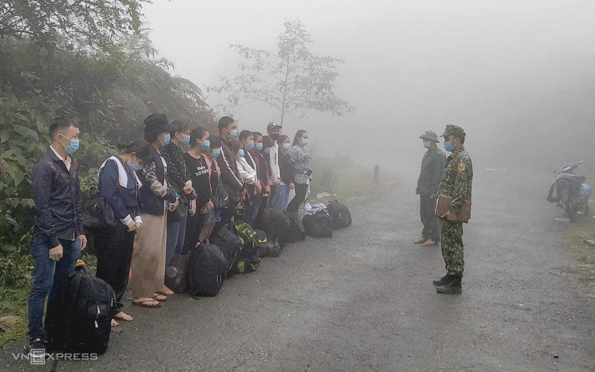Nhóm 14 công dân nhập cảnh trái phép qua mốc 457, lúc 7h30 ngày 17/9. Ảnh: Phàn Sài Mìn