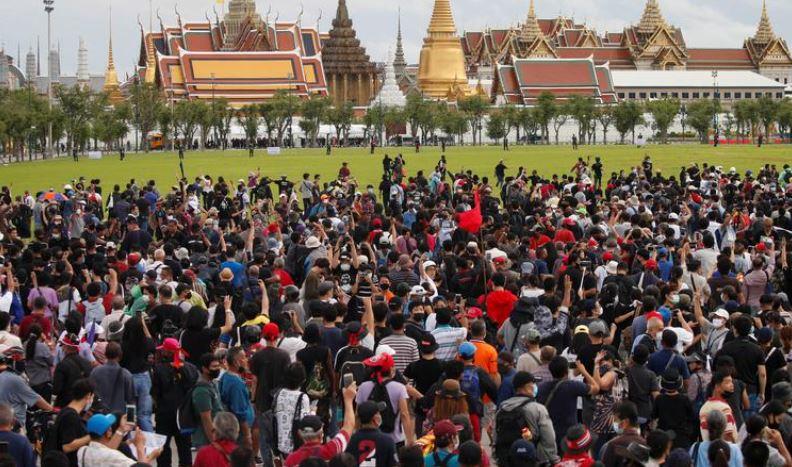 Khoảng 20.000 người Thái Lan biểu tình ở thủ đô Bangkok hôm nay, kêu gọi Thủ tướng Prayuth Chan-ocha từ chức và cải cách chế độ quân chủ. Ảnh: Reuters.