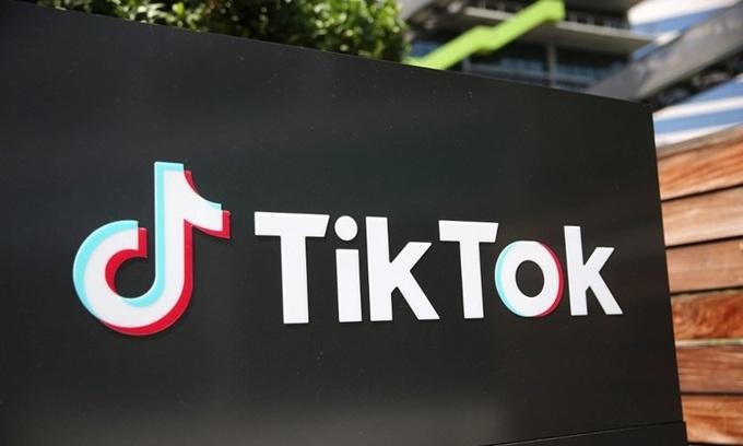 Logo TikTok bên ngoài văn phòng tại thành phố Culver, bang California, Mỹ hôm 27/8. Ảnh: AFP.