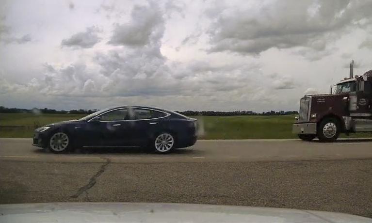 Chiếc Tesla chạy rất nhanh trên cao tốc mà không thấy bóng tài xế do đã ngả lưng ghế nằm ngủ. Ảnh: RCMP