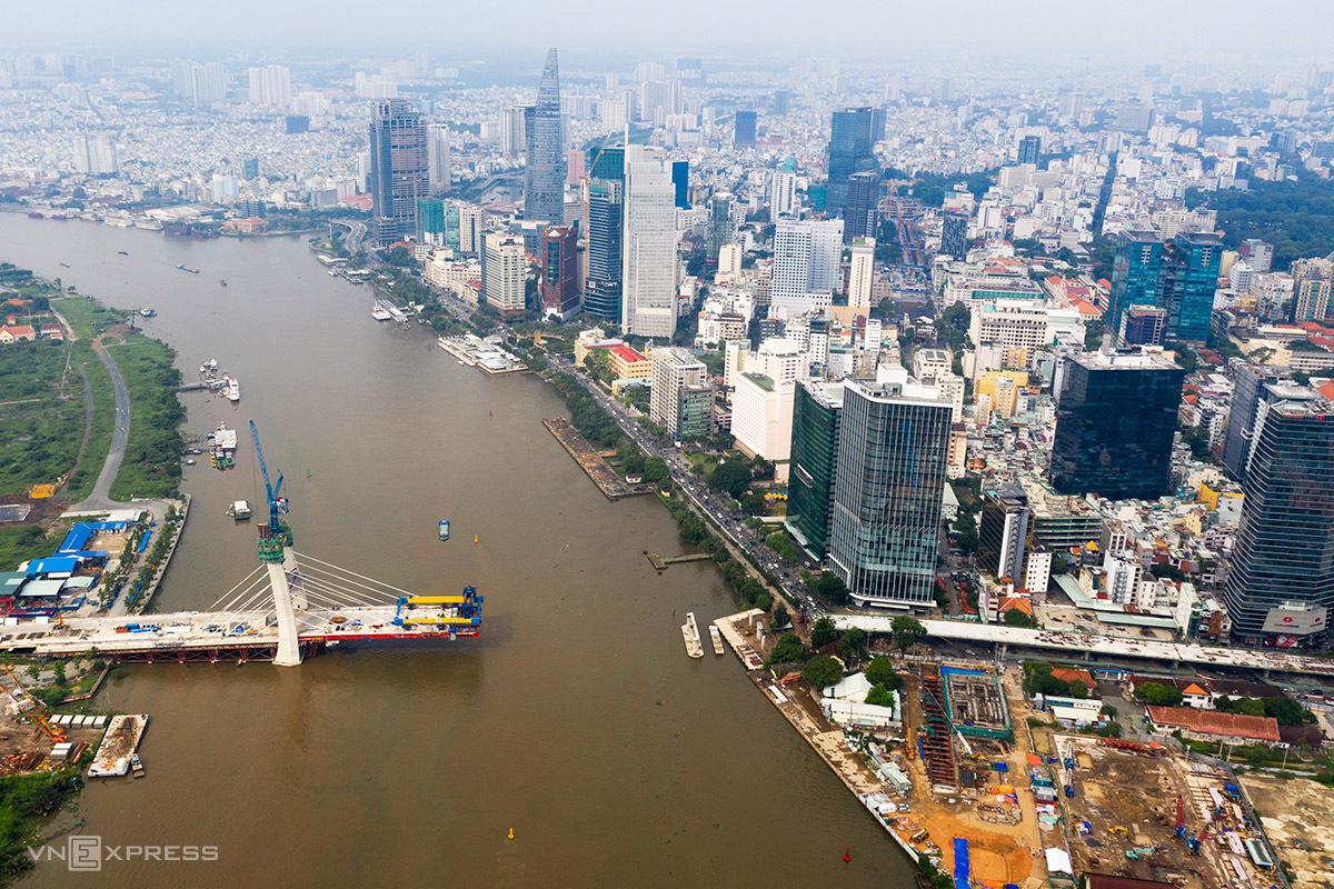 Dự án cầu Thủ Thiêm 2 đang dần bắc qua sông Sài Gòn, tháng 7/2020. Ảnh:Hữu Khoa.