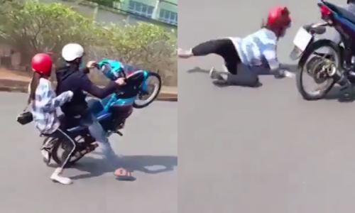 Thanh niên ngã văng vì bốc đầu xe máy - 2