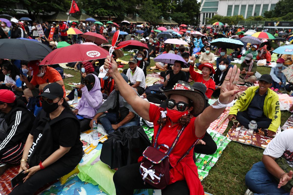 Người biểu tình kêu gọi cải cách chế độ quân chủ ở thủ đô Bangkok hôm nay. Ảnh: Reuters.
