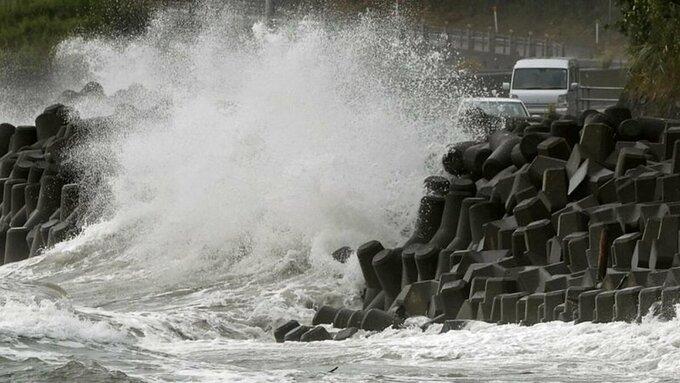 Sóng đánh vào bờ biển tỉnh Kagoshima, tây nam Nhật Bản, do bão Haishen hôm 6/9. Ảnh:Reuters.