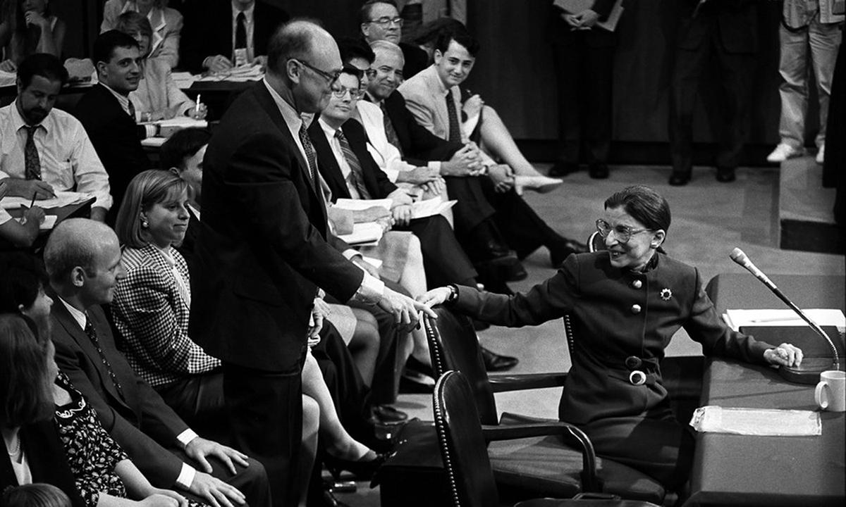 Thẩm phán Ginsburg quay về phía chồng Martin D. Ginsburg tại Tòa án Tối cao Mỹ năm 1993. Ảnh: NYTimes.