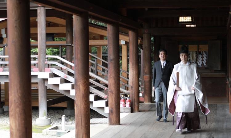 Cựu thủ tướng Nhật Bản Shinzo Abe (sau) thăm đền chiến tranh Yasukuni ở Tokyo hôm nay. Ảnh: Twitter/AbeShinzo.