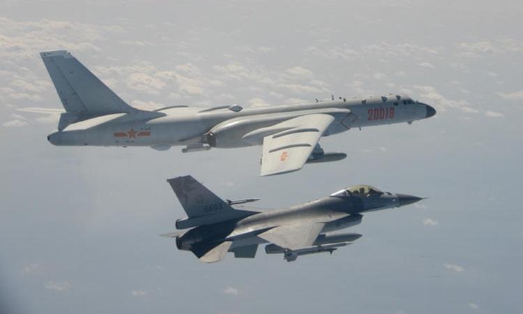 Tiêm kích F-16 của Đài Loan (dưới) bay cạnh một oanh tạc cơ H-6 của Trung Quốc trong vùng nhận dạng phòng không Đài Loan hồi tháng 2. Ảnh: AFP.