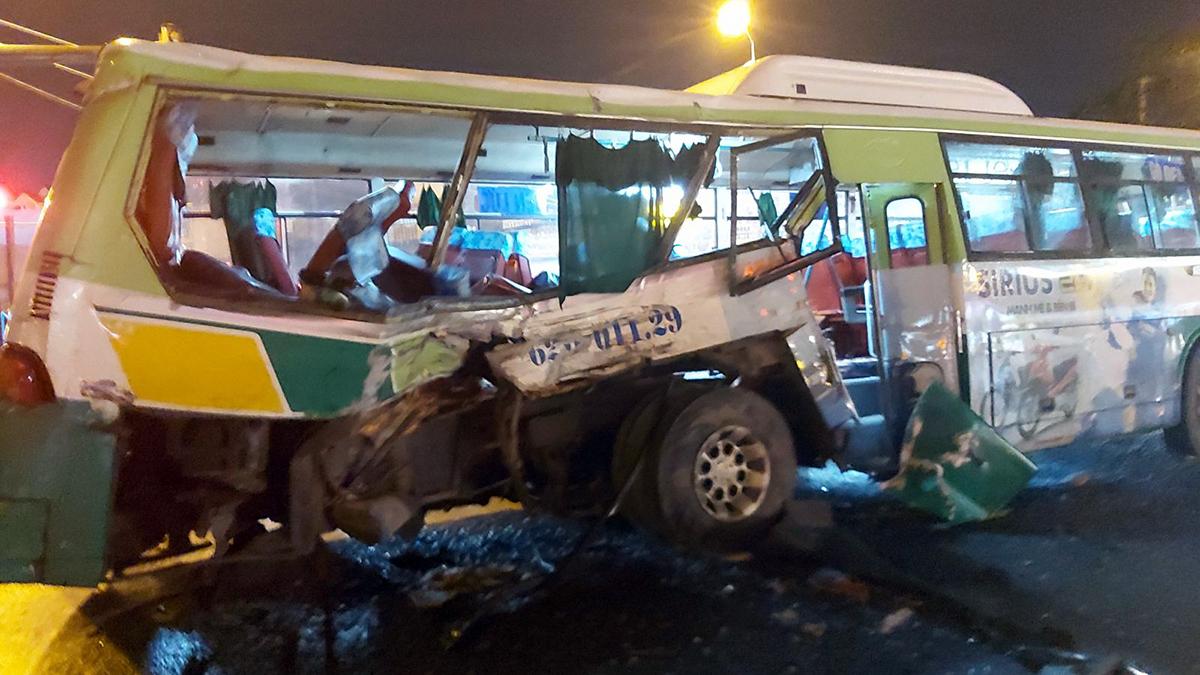 Xe buýt bị biến dạng sau cú tông ngang hông. Ảnh: Nam An.