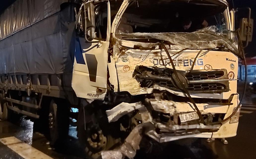Xe tải cũng hư hỏng nặng phần đầu. Ảnh: Nam An.