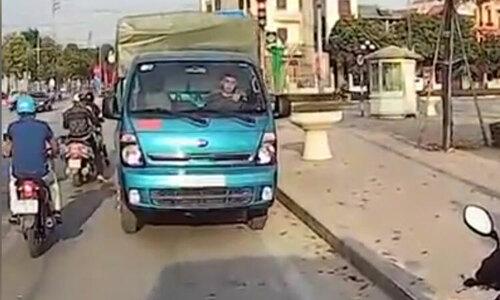 Tài xế drift xe tải như phim Fast and Furious - 3
