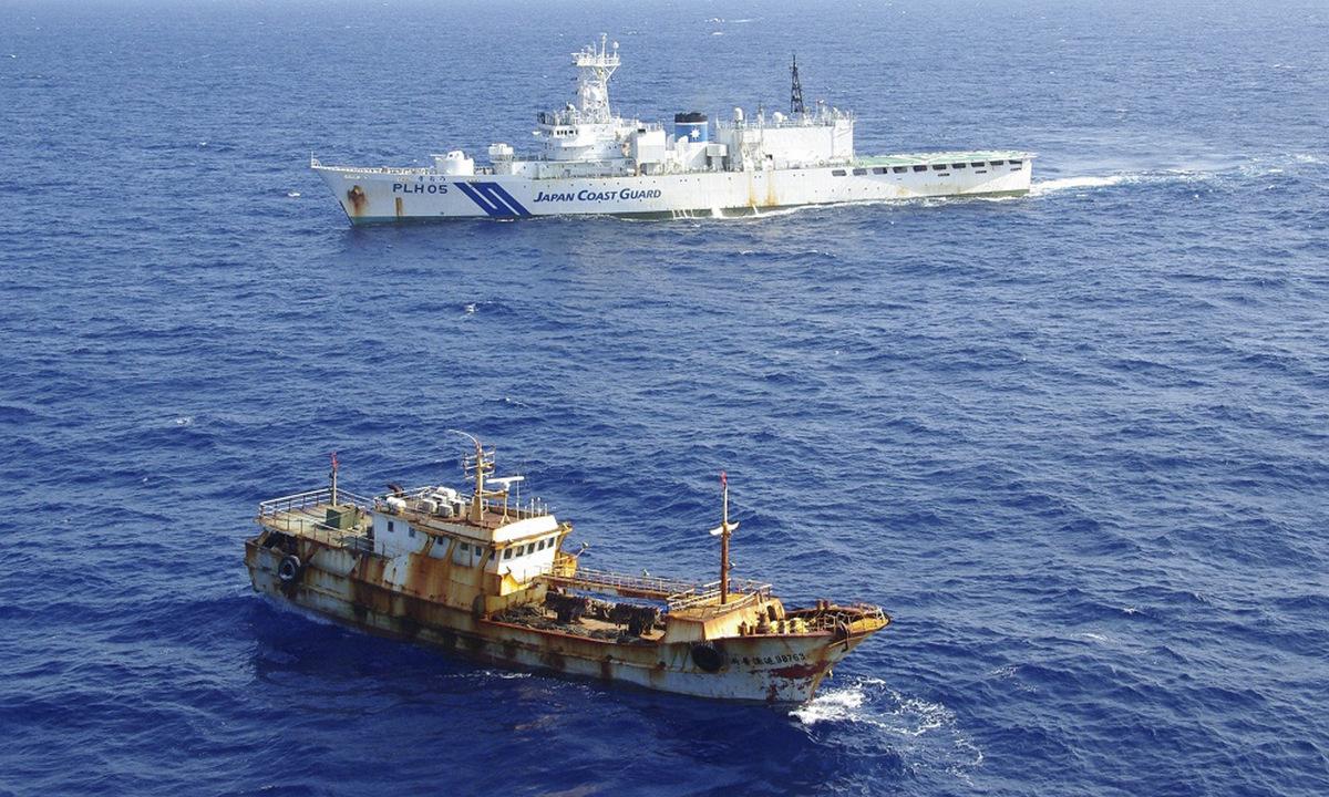 Tàu cá Trung Quốc chạm mặt tàu cảnh sát biển Nhật Bản ở biển Hoa Đông năm 2015. Ảnh: Reuters.