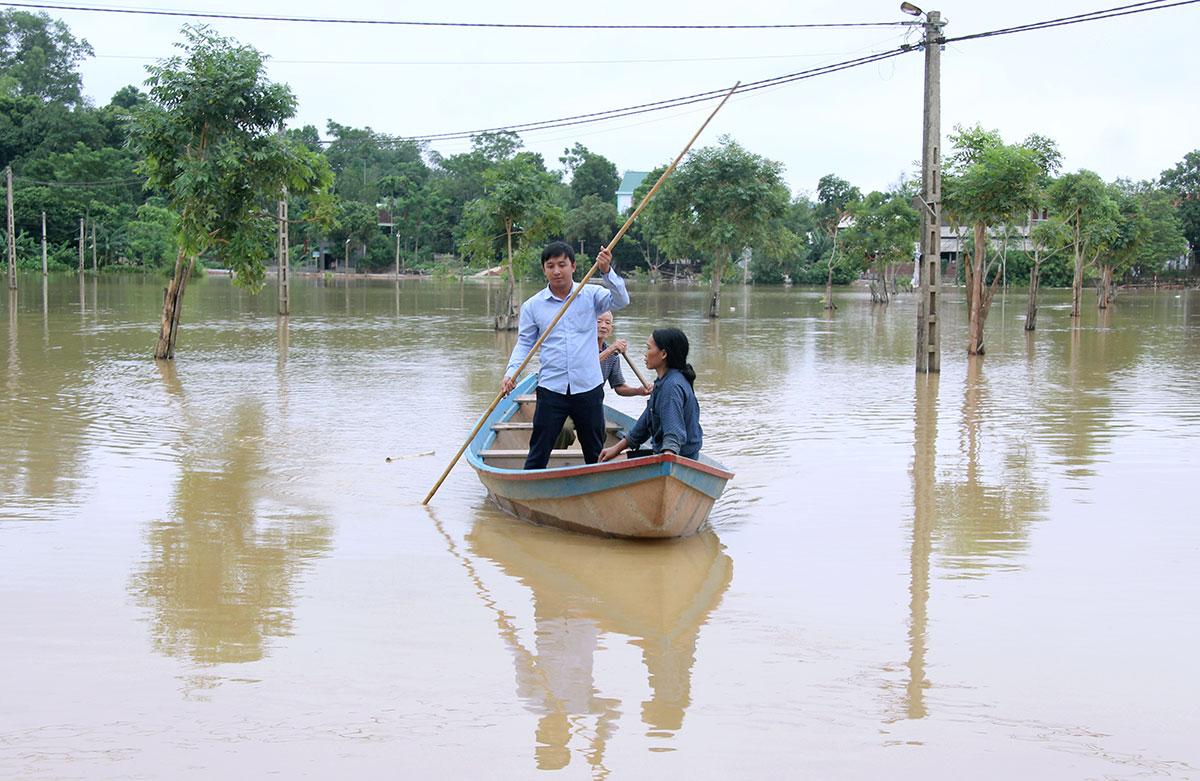 Để đi lại, người dân phải dùng thuyền. Ảnh: Hùng Lê