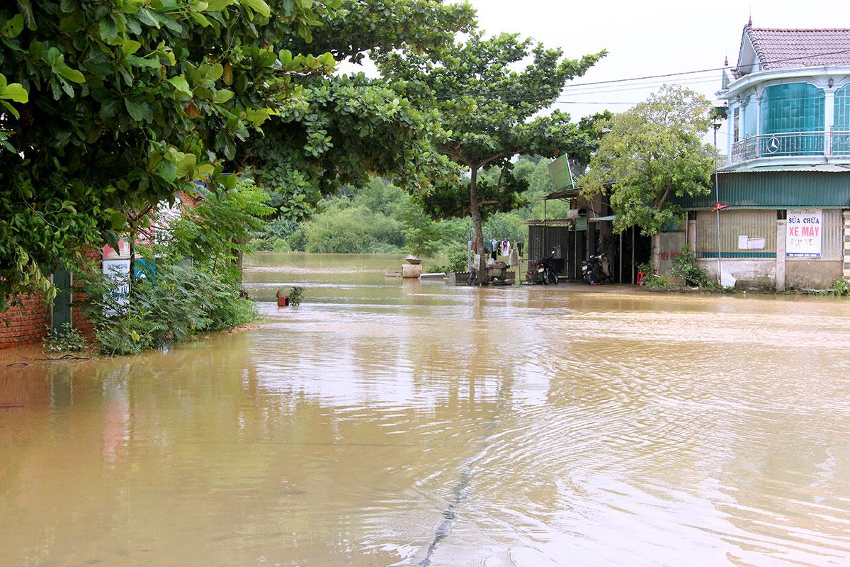 Nước lũ chia cắt nhiều tuyến đường liên xã ở huyện Hương Sơn. Ảnh: Hùng Lê