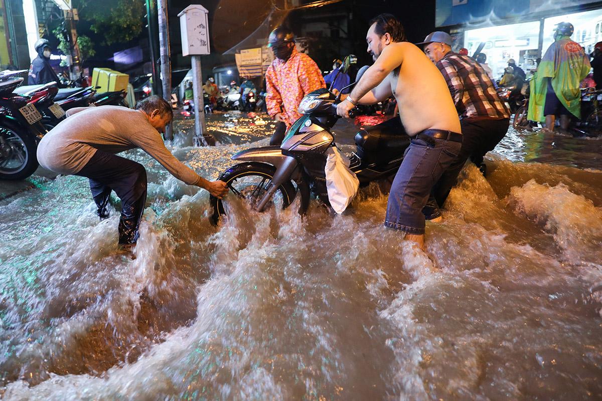 Cơn mưa chiều tối 11/9 khiến khiến đường Tô Ngọc Vân ngập sau, nước chảy siết. Ảnh: Quỳnh Trần.