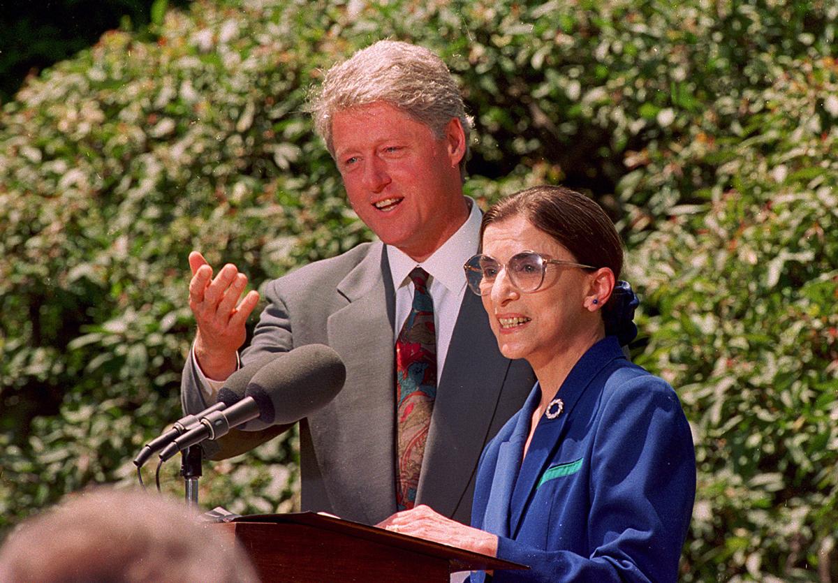 Thẩm phán Ruth Bader Ginburg (phải) đứng cạnh tổng thống Bill Clinton tại sự kiện bổ nhiệm vào Tòa án Tối cao Mỹ năm 1993. Ảnh: AP.