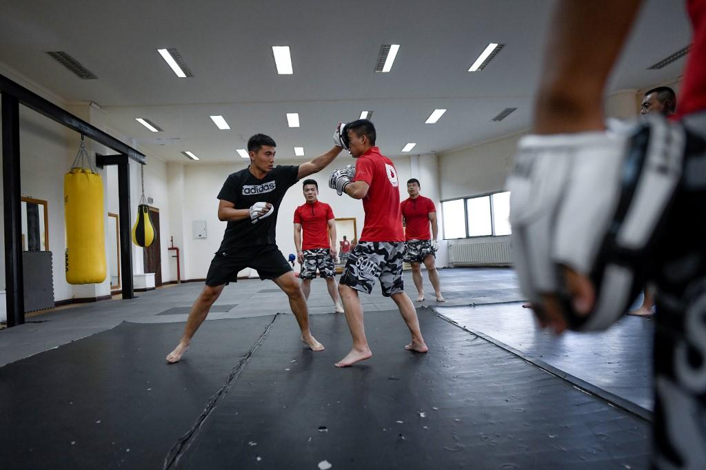 Huấn luyện viên (áo đen), hướng dẫn học viên (áo đỏ) các kỹ thuật võ cận vệ hôm 8/9. Ảnh: AFP.