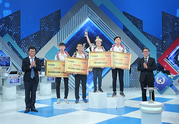 Xin chí thích của khách về bức ảnh này là ai, bên trái hay phải, trao giải thưởng cho các bạn thí sinh năm nào?