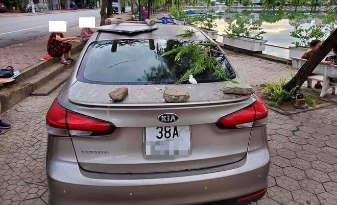 Ôtô được trang trí miễn phí vì tài xế đỗ không đúng chỗ - 4