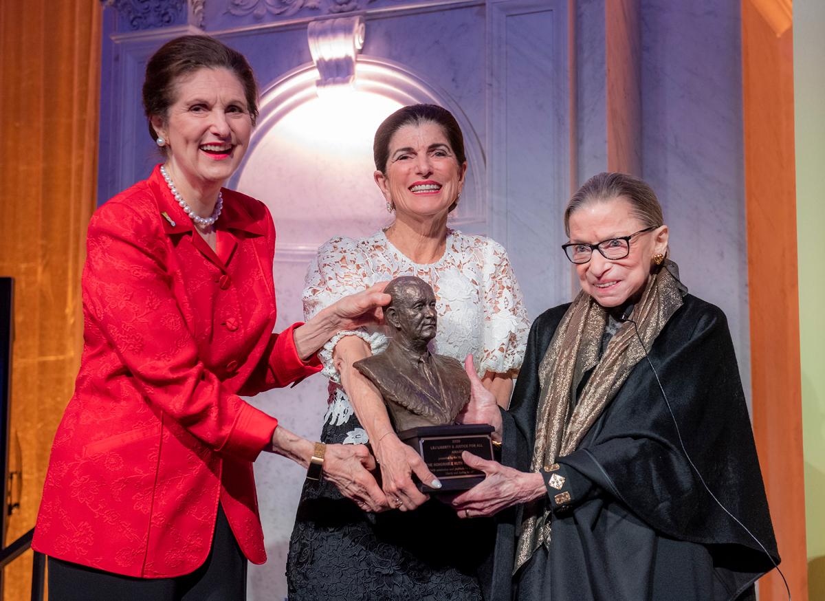 Thẩm phán Ruth Bader Ginsburg (phải) nhận giải thưởng Tự do và Công lý cho Mọi người vào tháng 1. Ảnh: LBJ Foundation Photo/Jay Godwin.