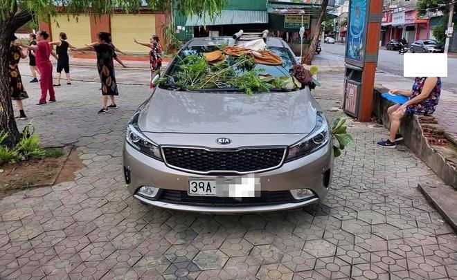 Ôtô được trang trí miễn phí vì tài xế đỗ không đúng chỗ - 2