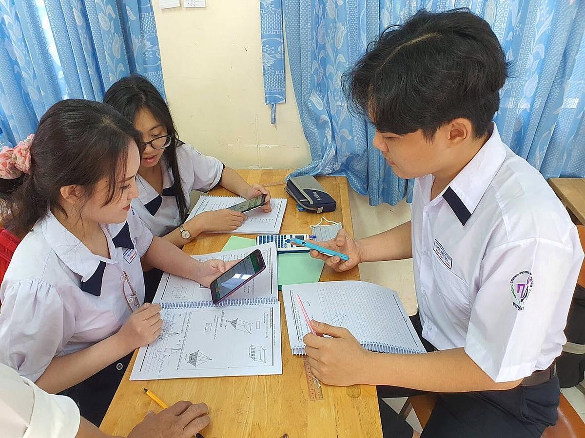 Học sinh trường THPT Nguyễn Du (quận 10, TP HCM) trong một tiết học có sử dụng điện thoại dưới sự hướng dẫn của giáo viên. Ảnh: Huỳnh Phú