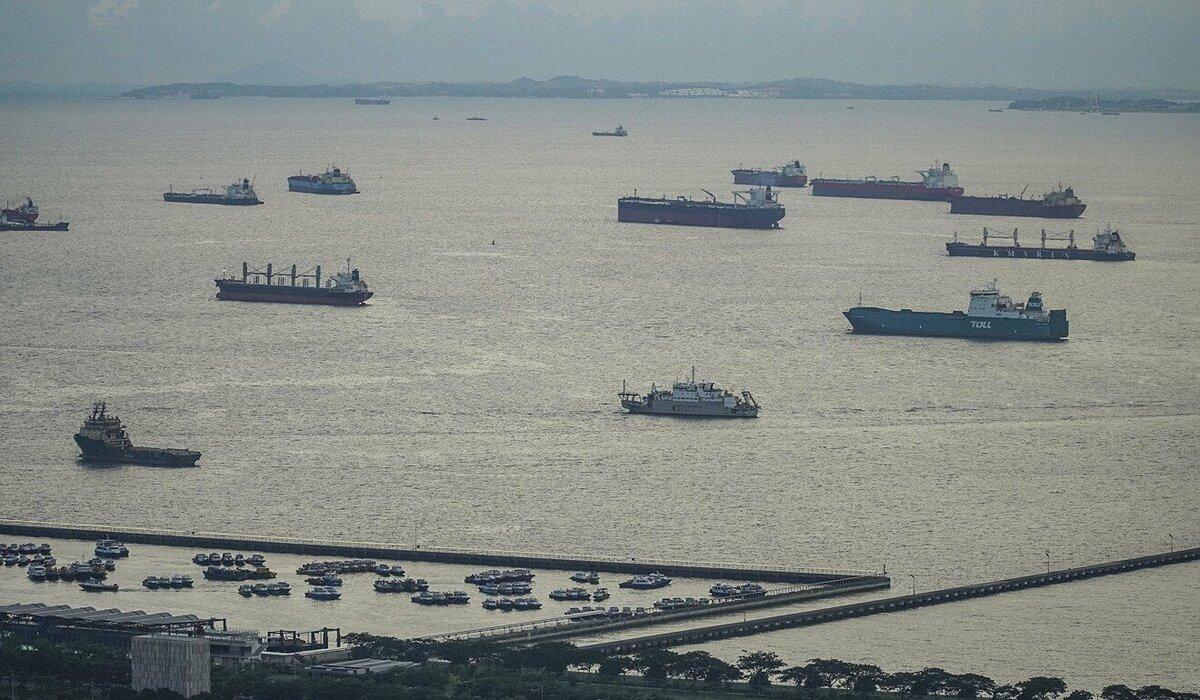 Tàu chở hàng đi qua eo biển Malacca. Ảnh: SCMP.